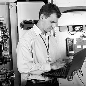 Ein Mann analysiert am Laptop die gemessenen Schwingungen